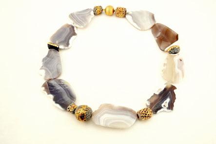 Kette mit Achatsteinen und vergoldeter Keramik