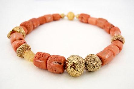 Kette aus Koralle und vergoldeter Keramik