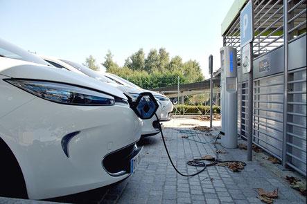 Borne de recharge sur parking d'entreprise pour recharger des véhicules électriques