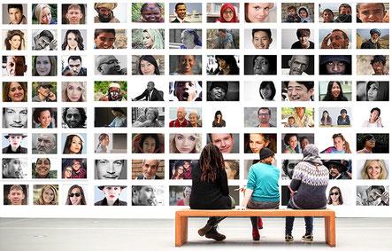 Menschen vor einer Bilderwand