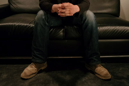 ソファーに座って腰が痛い奈良県香芝市の男性