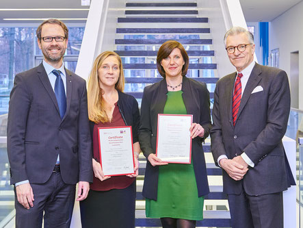 from left to right: Dr. Frank Stehr, managing director NCL-Stiftung, award winners Dr. Susan Cotman and  Dr. Sabina Tahirovic and Dr. Henneke Lütgerath, chairman of the board of Joachim Herz Stiftung. Source: DZNE / Volker Lannert.