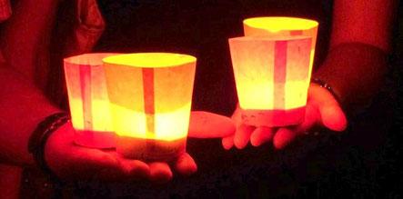 Spirituelle Texte lesen sich stimmungsvoll im Lichtschein einer Kerze
