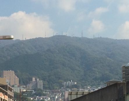 新石切駅より望むニギハヤヒ山(筆者撮影)