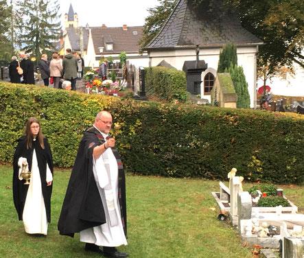 Pastor Vogel segnet die Gräber im Anschluss an das Allerheiligen-Hochamt.