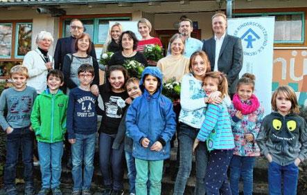 Mit einem Empfang feiert der Kinderschutzbund das 25-jährige Bestehen des Schülerhorts Kosmos. Dabei waren auch die Personen der ersten Stunde mit von der Partie. © Lenhardt