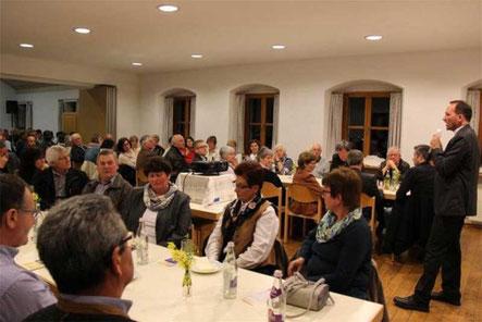 Martin Piller (re.), der Leiter des Priesterseminars St. Wolfgang in Regensburg, gestand auch offen zu, dass die Missbrauchsfälle unter Priestern ein ungutes Licht auf den Pfarrerberuf werfen.
