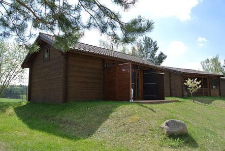 Blockhaus Typ B, dahinter Typ A © Naturcamping Zwei Seen