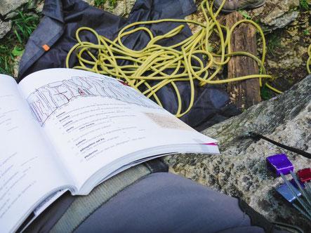 Joe studiert den Kletterführer