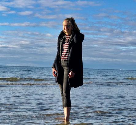Julia am Strand von Liepaja