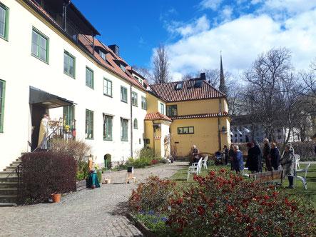 """""""Outdoor-Gottesdienst"""" im Garten des Klosters"""