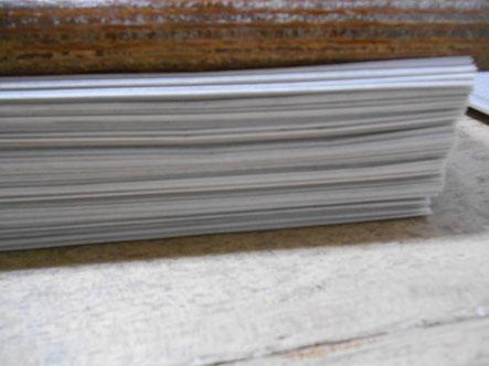 一枚ずつ広げた新聞紙