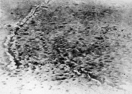 Verbindungsgraben inmitten einer Kraterlandschaft