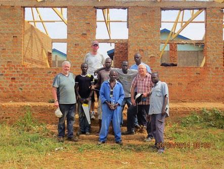In Kabango haben wir schon einiges geschafft. Hier stehen wir mit den Handwerkern aus Kabango vor dem neuen Teil der Schule