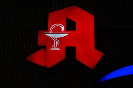 apotheke schild zeichen logo rot beleuchtet