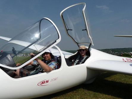 Flugschüler mit Fluglehrer kurz vorm Start mit der ASK 21