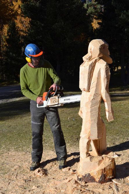 Holzskulptur bearbeiten