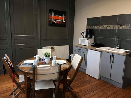 The nest - appartements meublés avec services hoteliers, vue sur le boulevard avec balcon au 1er étage, beaucoup de charme, plancher d'origine, cuisine équipée pour location à la semaine ou au mois en centre-ville d'Amiens, proche de gare, cathédrale