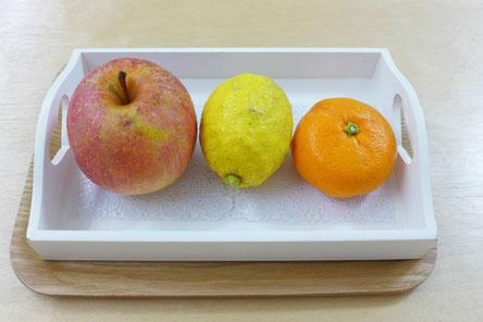 モンテッソーリ活動の言語活動で、言葉を話し始めた幼児に具体的な果物を使って言語活動を行います