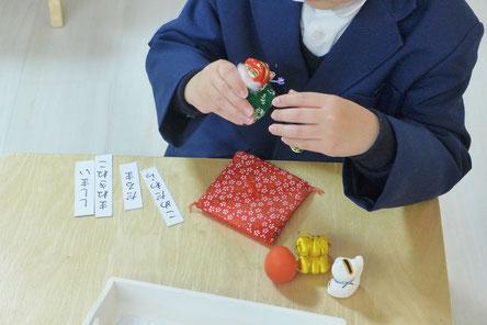 モンテッソーリの言語活動の材料を使って、幼稚園児がイメージをふくらませながらストーリーを語り始めました。