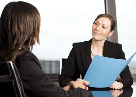 Bewerbungsgespräch zwischen zwei Frauen
