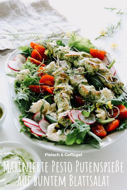 Marinierte Pesto Putenspieße auf buntem Blattsalat