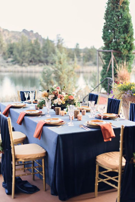 table mariage bleu marine et rose