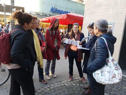 Die Führung Faire Mode klärt auch im Einkaufsviertel  auf.  (© Die Turmkoop/Franken)