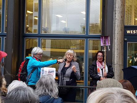 Die Journalistin Carmen Thomas erzählt aus der Frühzeit des Live-Radio und ihrer Gründung von Hausfrauengruppen  (© Die Turmkoop/Franken)