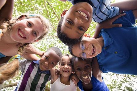 Hier Buchen: Themengeburtstag, Mottogeburtstage & Veranstaltungen machen Kinder glücklich! Kindergeburtstage mit Schminken, Vorarlberg, Liechtenstein, Schweiz & Deutschland am Bodensee. Wenn Kinder ihren Geburtstag feiern ist Kinderlachen vorprogrammiert.
