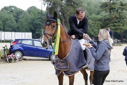 Dominique Roelofsen feliciteert Gerco Schröder namens Roelofsen Horse Trucks. Foto FotoTrailer