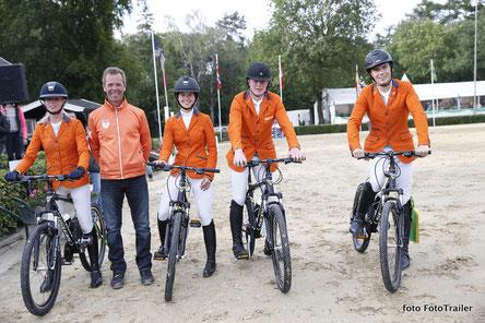 New bikes and a proud chef d'equipe Luc Steeghs for Kim Hoogenraat, Lisa Nooren, Thomas Arendsen Raedt and Jens van Grunsven. Photo FotoTrailer