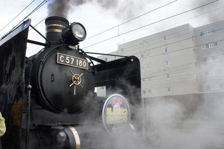 手入れの行き届いた黒い車体に黒煙と水蒸気。明治・大正・昭和の時代にタイムスリップ