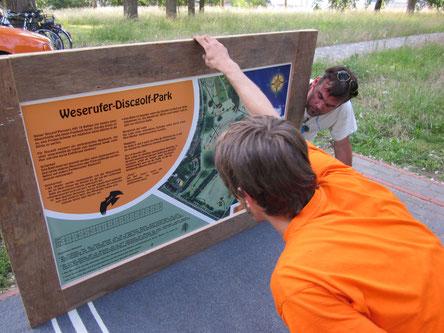 Aufbau der Übersichtstafel im Weseruferpark 2012