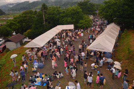 雨の中、多くの来場者で賑わう会場