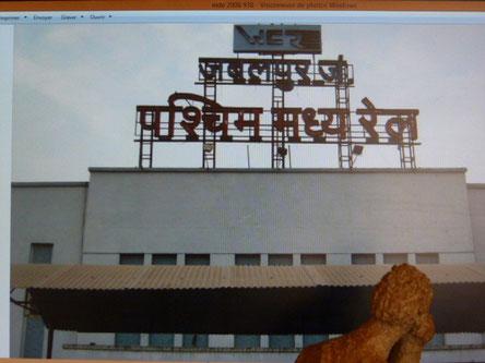 Fronton de gare en Inde ...