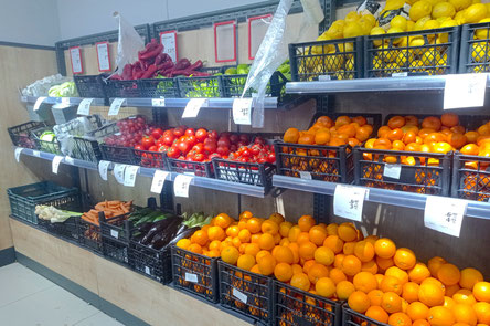 Gemüseregal in einem türkischen Supermarkt