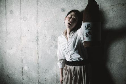 お酒を飲む奈良県御所市の頸椎ヘルニアの女性