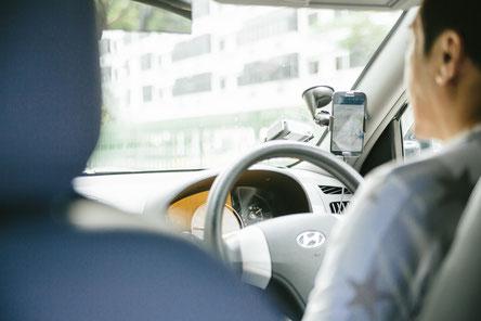 車の運転でお尻や太ももが痛い女性