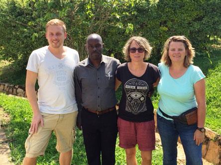 Unsere Kollegen mit Herrn Butoto, dem Schulleiter unserer Partnerschule.
