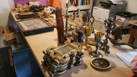 Blick in mein Archiv-Atelier: Objekte aus dem Archiv der früheren Katholischen Kirchgemeinde Alvaschein.