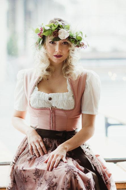 Dirndl, Brautdirndl, Hochzeitsdirndl Midi komplett aus Seide in der Farbe Altrosa mit Spitzenschürze in Braun Perlen und Borte