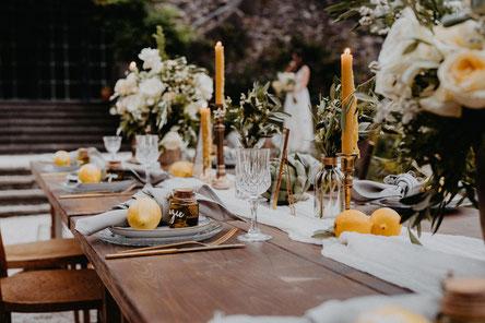 Toskana Wedding Kristallgläser, Goldenes Besteck, Stoffservietten, Holzklapptische leihen