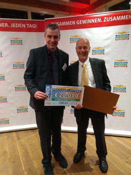 Scheckübergabe auf der Gala der Deutschen Postcode Lotterie.