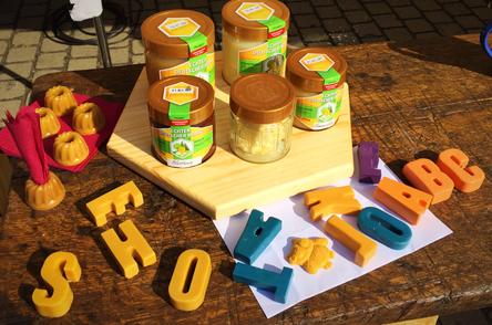 Wachbuchstaben die auch noch malen und aus Bienenwachs bestehen - aufgenommen auf einem Markt in Dedeleben