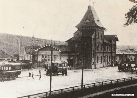 Die kleinen Karren warteten auf das, was der Zug mitgebracht hatte - die beiden größeren Wagen waren zur Personenbeförderung eingesetzt.