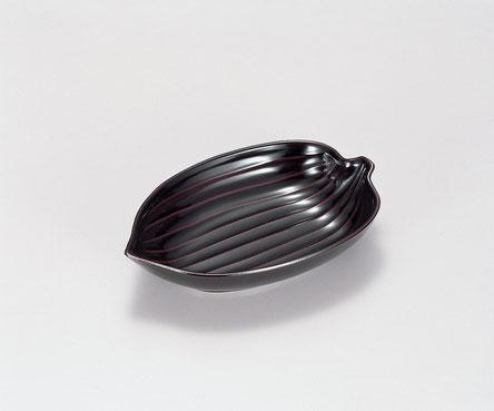 笹の葉の様な形をしたユニークな小鉢です
