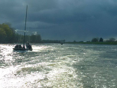 boat-ride-and-wine-tasting-sailing-on river-Loire-Valley-traditional-wooden-boat-Chaumont-sur-Loire-Amboise-Milliere-Raboton