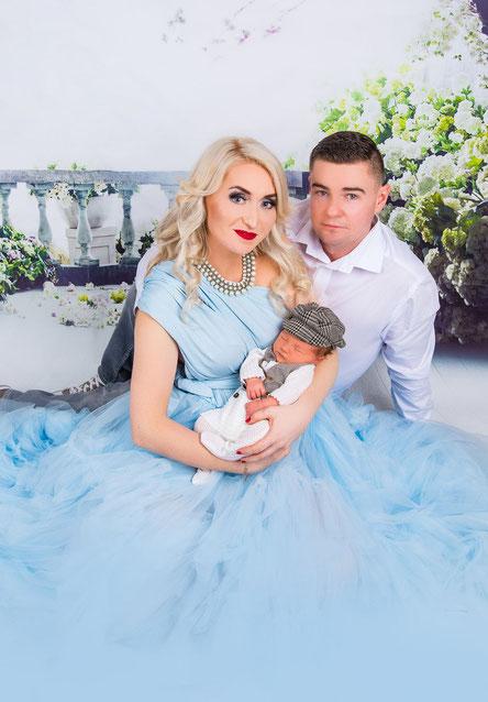 newborn in versierd bed