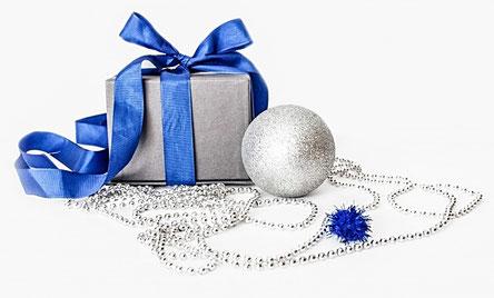 photo paquet cadeau festif argenté ruban avec neud bleu